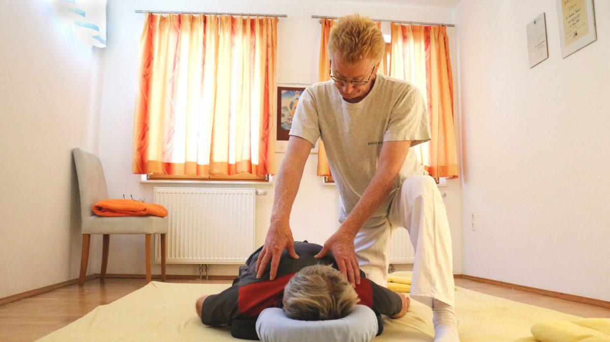 Shiatsu Massage am Boden